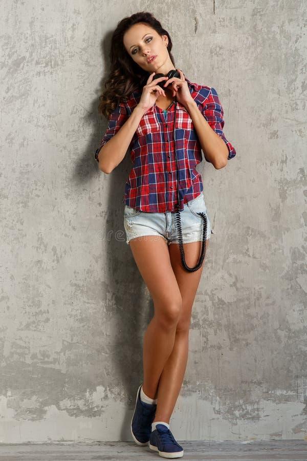 E Menina bonita com auscultadores imagem de stock