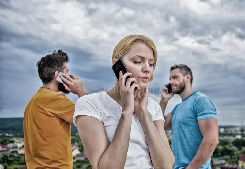 E Moderne mensen met smartphones openlucht Groep vrienden die op celtelefoons spreken stock foto