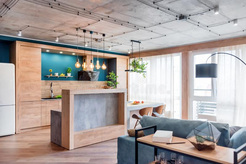 E Moderner Dachboden mit K?che und Wohnzimmer, offener Raum stockfotografie