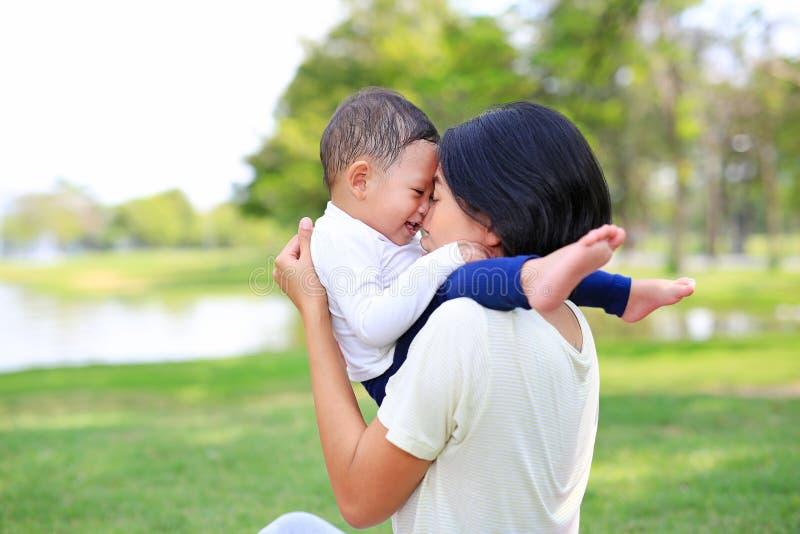 E Moeder dragende zoon royalty-vrije stock afbeeldingen