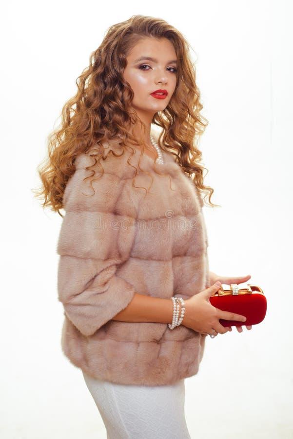 E Mooie vrouw in modieuze bontjas Het luxueuze bont van de mannequinslijtage r royalty-vrije stock foto