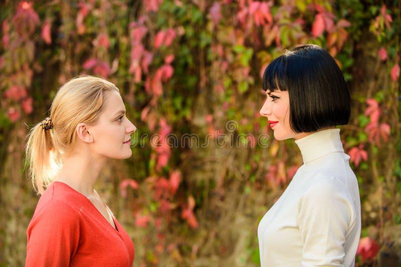 E Mujeres que miran uno a con la atención Rivalidad y dirección Competidores morenos rubios hembra imagen de archivo libre de regalías