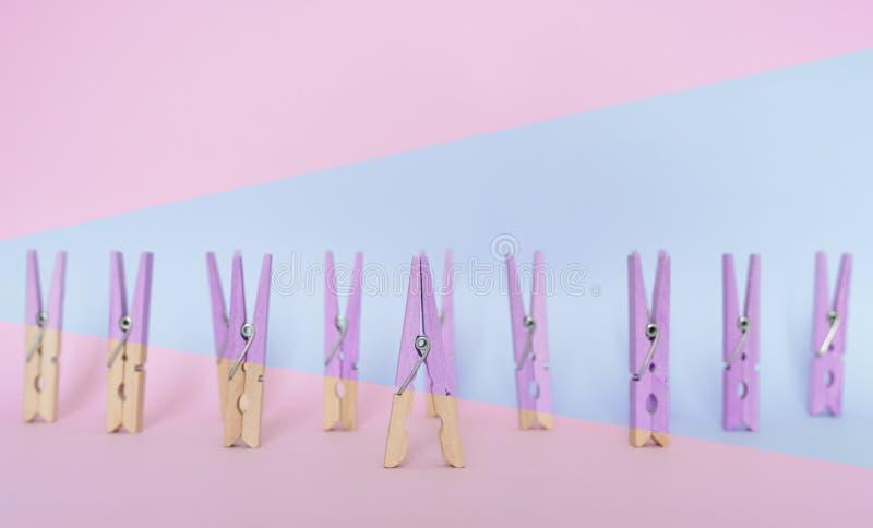 E ??n houten klemverschil met andere klemmen, uitstekende gekleurde pastelkleur royalty-vrije stock fotografie