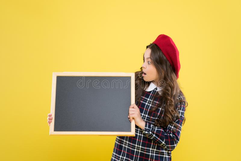 E An?ncio criança parisiense no espaço amarelo da cópia Menina feliz com cabelo encaracolado longo na boina fotografia de stock royalty free