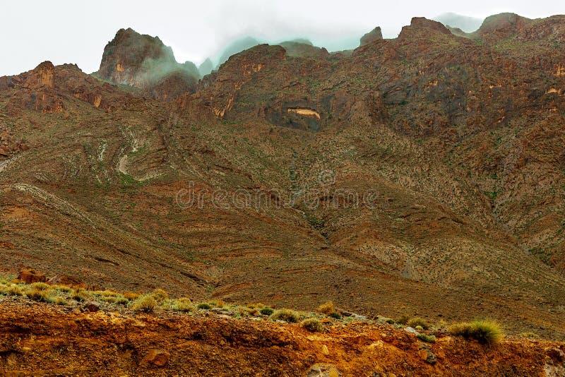 E Nebbia sopra il picco di alta montagna fotografia stock