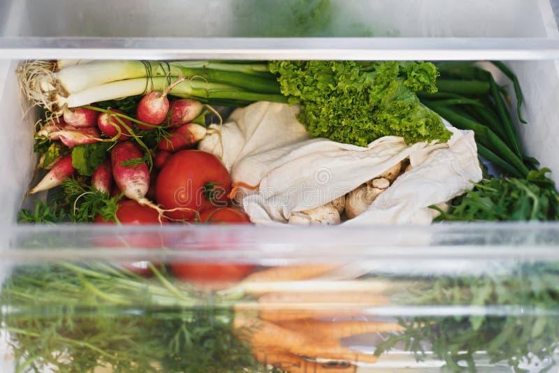 E o Carote libere di plastica, pomodori, funghi, ravanello, fotografia stock libera da diritti