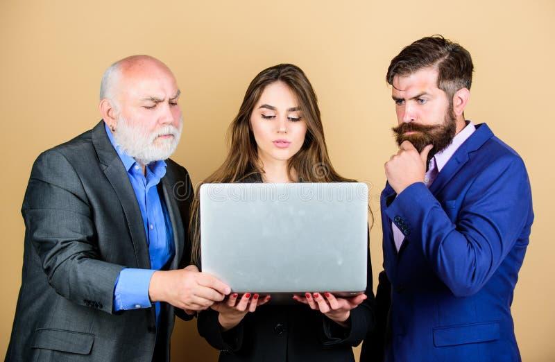 E Online praca partnery biznesowi dyskutują problem ufni dojrzali mężczyźni z laptopem seksowna kobiety sekretarka obrazy stock