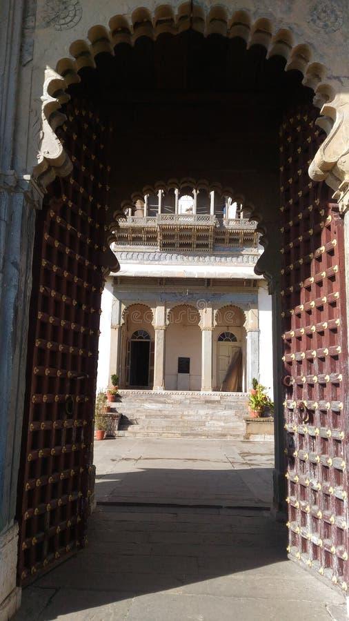 E Ostacoli il vecchio portone di progettazione del palazzo Udaipur del sajjangarh fotografia stock