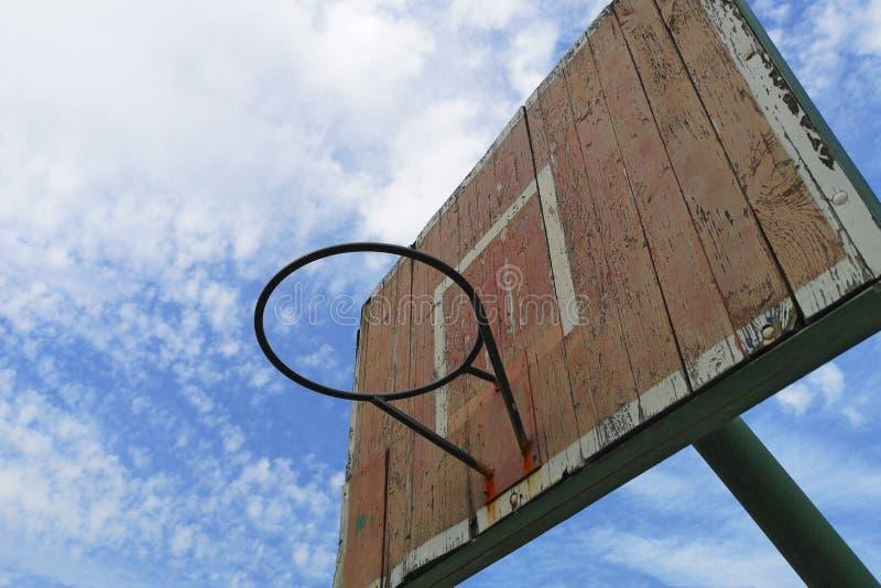 E Oud houten basketbalschild tegen de blauwe hemel De ruimte van het exemplaar stock fotografie