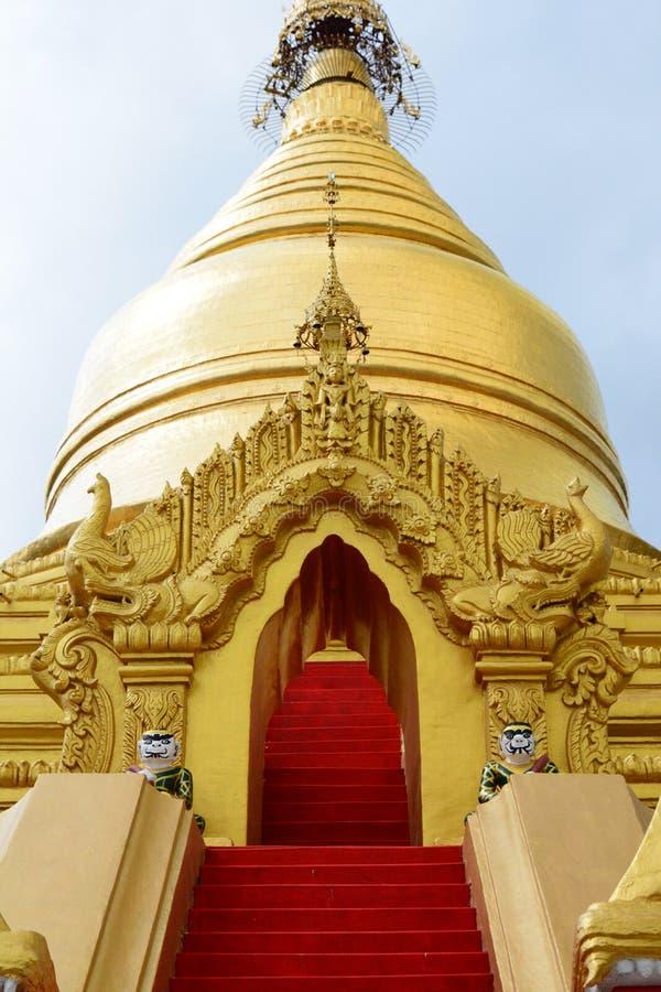 E Pagoda de Kuthodaw mandalay myanmar imagem de stock