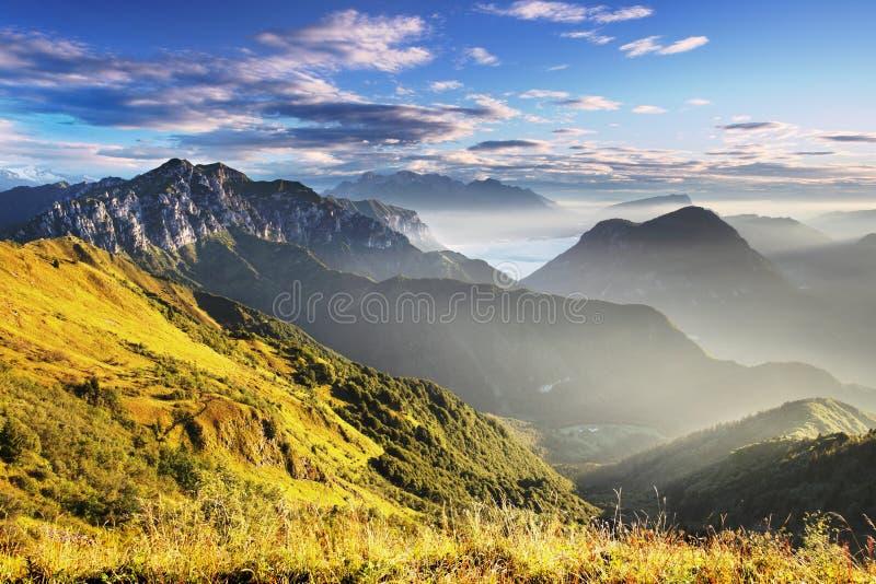 E Panorama alpin italien en montagne de Dolomiti au coucher du soleil photos stock