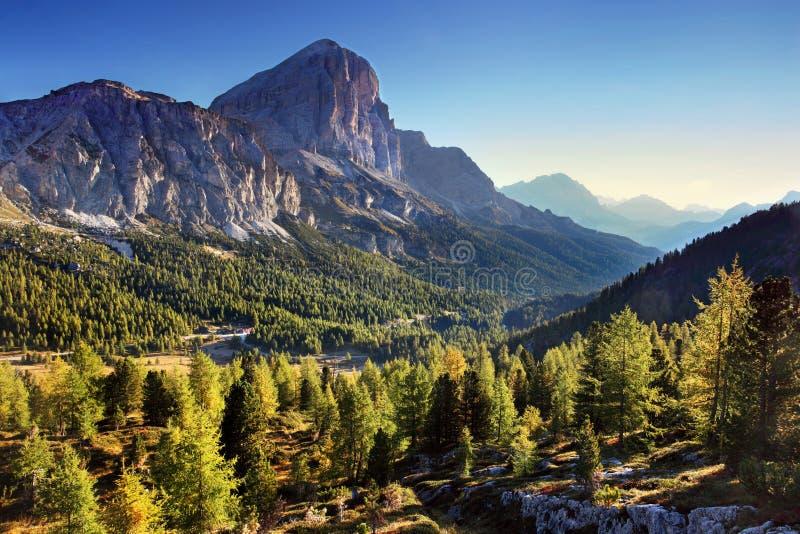 E Panorama alpin italien en montagne de Dolomiti au coucher du soleil photographie stock