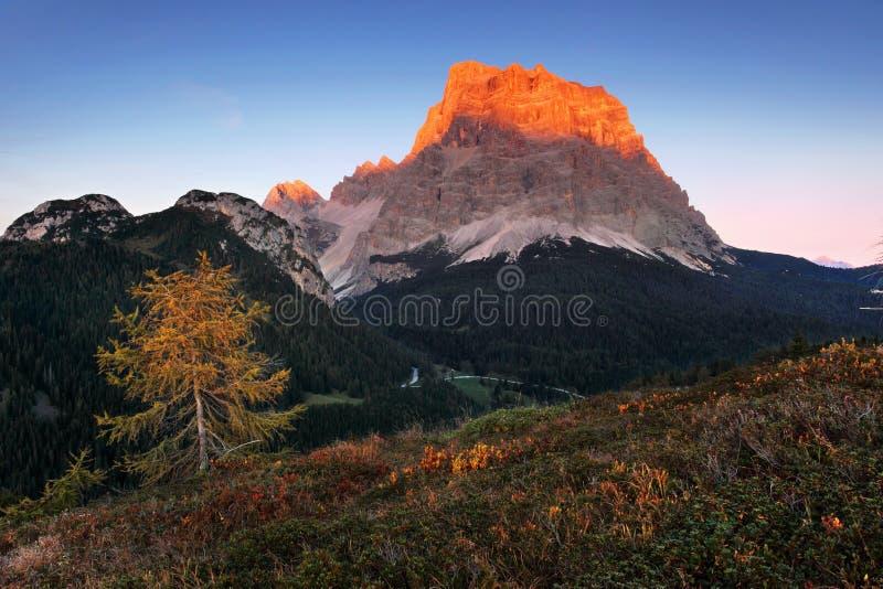 E Panorama alpin italien en montagne de Dolomiti au coucher du soleil image stock