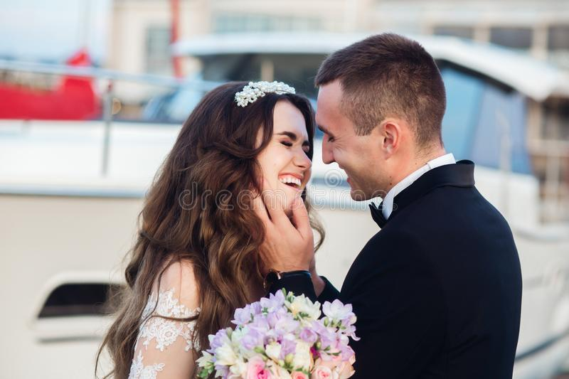 E Pares felizes do rec?m-casado no casamento imagem de stock royalty free