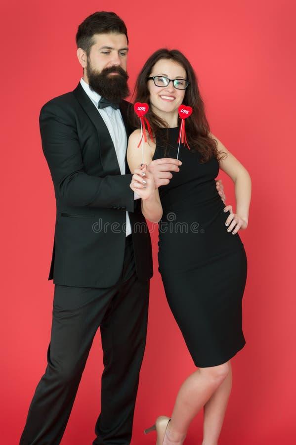 E Pares 'sexy' Cora??o do dia de Valentim homem de neg?cios farpado com senhora homem e mulher do smoking em formal imagens de stock royalty free