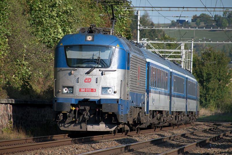 E 4 2019: Passagierstrein op de route Ceska Trebova - Brno Tsjechische de Spoorwegenlocomotief van treinbedrijven royalty-vrije stock foto