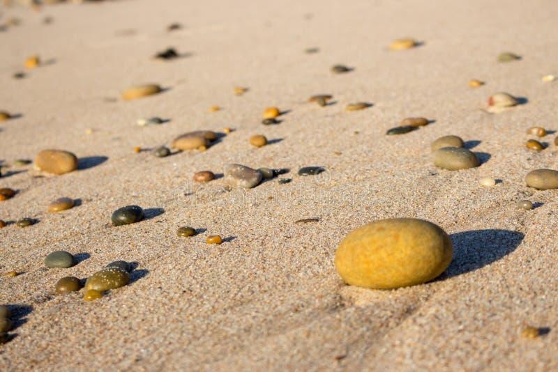 E Pedras redondas na praia Conceito calmo Detalhes da natureza fotos de stock royalty free