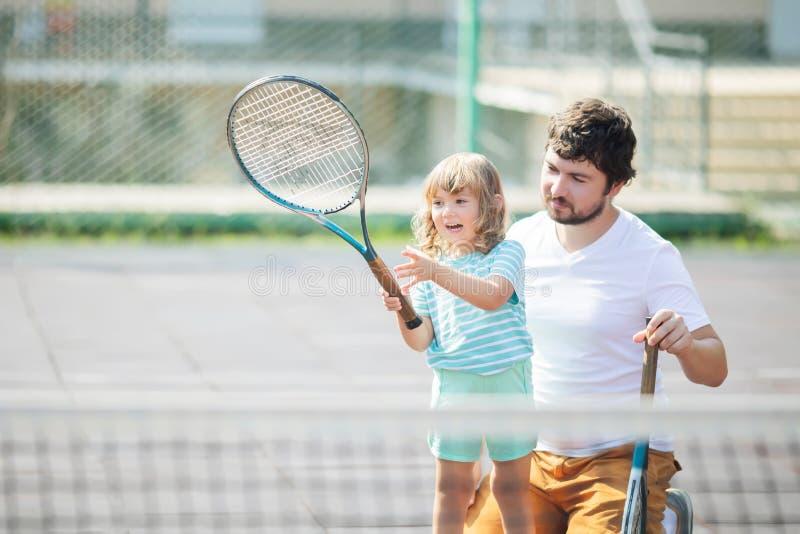 E Petite fille avec la raquette de tennis photographie stock libre de droits