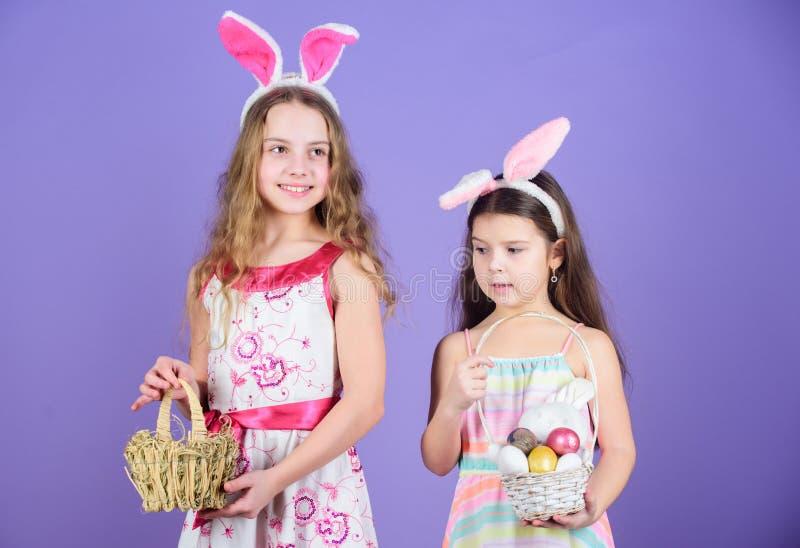 E Petites filles dans le bandeau de lapin pour la célébration de Pâques Peu filles utilisant des oreilles de lapin de Pâques mign images stock