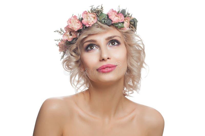 E Piękny model z makeup, blondynka włosy i kwiatami przyglądającymi w górę, fotografia royalty free