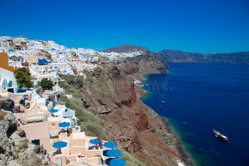 E Pi?kni biel domy przeciw morzu i niebieskiemu niebu fotografia stock