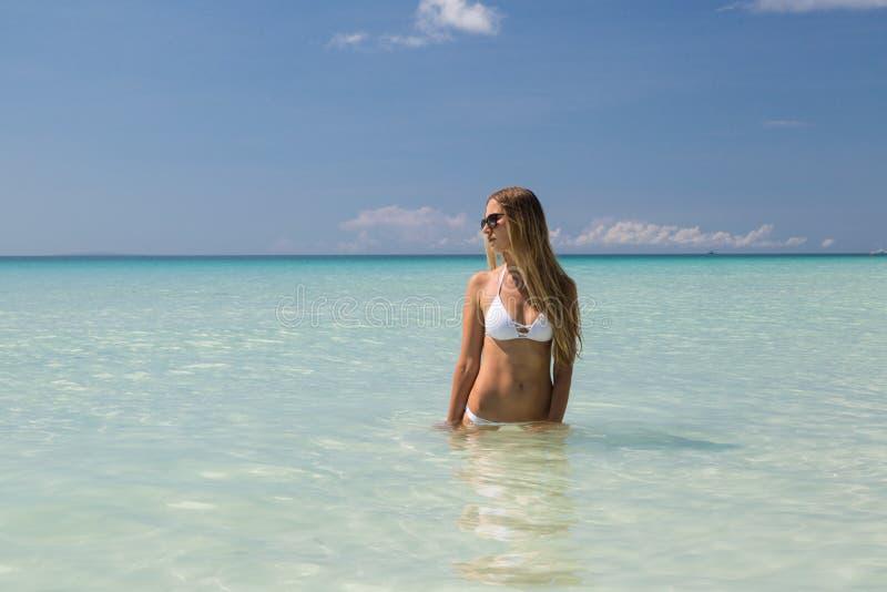 E Pi?kny model sunbathes i odpoczywa na oceanu brzeg Poj?cie wakacje, podr?? zdjęcia royalty free