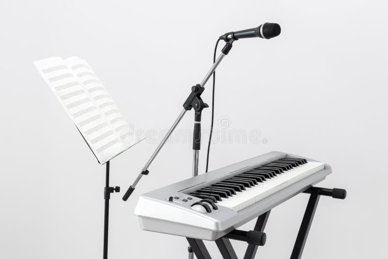 E-Piano, Mikrofon und Notenpult lizenzfreies stockfoto