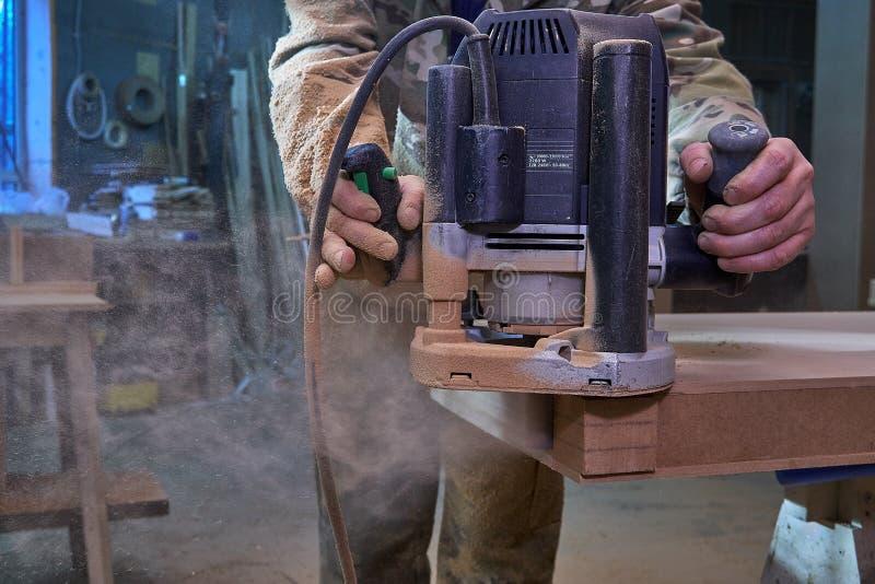 E Processo de manufatura de madeira da mobília fotos de stock royalty free