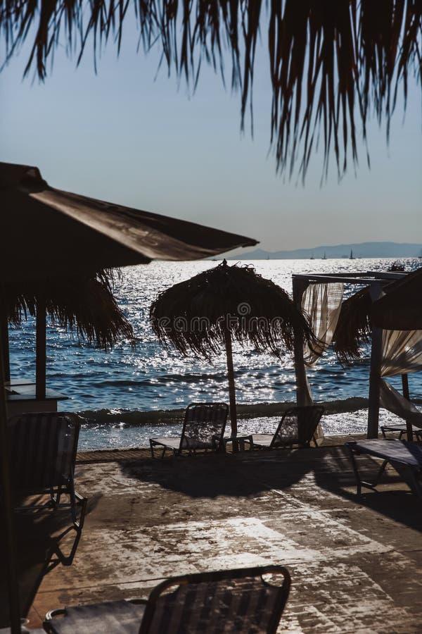 E Puesta del sol en el mar foto de archivo
