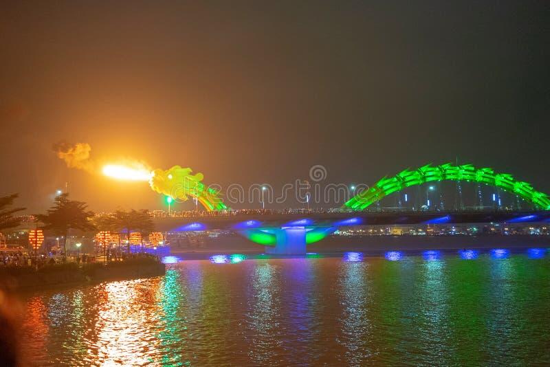 Γέφυρα Dragon στο Da Nang του Βιετνάμ, τη νύχτα Ο δράκος που φυσάει ζεστή φωτιά από το στόμα του Ένα διάσημο αξιοθέατο στην Ντα Ν στοκ φωτογραφίες