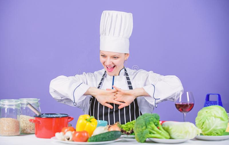 Μαγείρεμα υγιεινών τροφίμων Νωπά λαχανικά για μαγειρική Ας αρχίσουμε το μαγείρεμα Γυναίκα σεφ μαγειρεύει υγιεινό φαγητό στοκ εικόνες με δικαίωμα ελεύθερης χρήσης