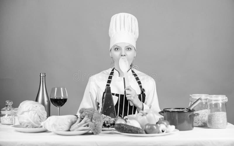 Μαγείρεμα υγιεινών τροφίμων Γυναίκα σεφ μαγειρεύει υγιεινό φαγητό Νωπά λαχανικά για μαγειρική Νόστιμη συνταγή στοκ εικόνα με δικαίωμα ελεύθερης χρήσης