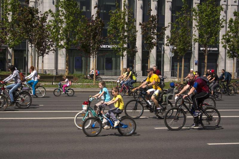 Μόσχα Ρωσία 19 Μαΐου 2019 Ποδηλατικό φεστιβάλ Μόσχας 2019 Χαρούμενοι νέοι ποδηλάτες, ένα αγόρι και ένα κορίτσι οδηγούν μαζί στοκ εικόνα με δικαίωμα ελεύθερης χρήσης