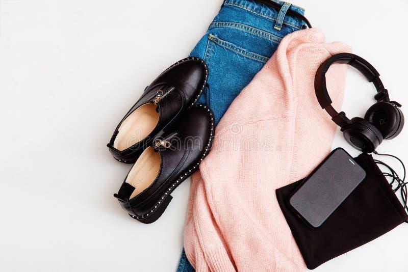 Σακίδιο, παπούτσια, τηλέφωνο και ακουστικά για γυναίκες με μαύρα Δερμάτινα αξεσουάρ για γυναίκες Επίπεδη, επάνω όψη Ανοιξιάτικη μ στοκ εικόνες