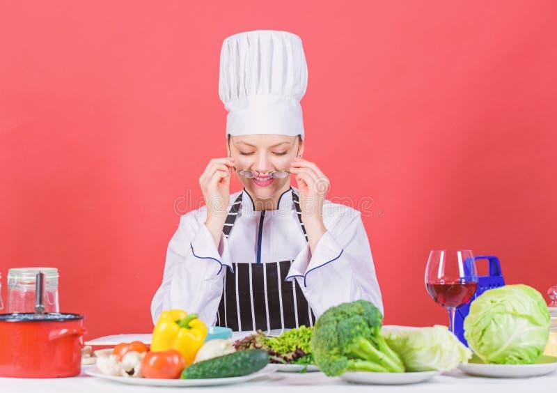 Γαστρονομικός εμπειρογνώμονας Γυναίκα σεφ μαγειρεύει υγιεινό φαγητό Νωπά λαχανικά για μαγειρική Έννοια της μαγειρικής στοκ φωτογραφία με δικαίωμα ελεύθερης χρήσης