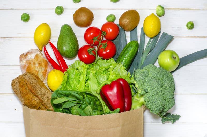 Χάρτινη σακούλα με διαφορετικό φαγητό υγείας σε λευκό ξύλινο φόντο Επάνω όψη Επίπεδο ύφασμα στοκ φωτογραφίες με δικαίωμα ελεύθερης χρήσης