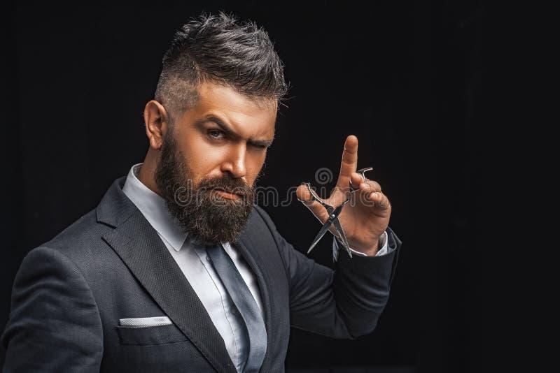 E r бородатый человек в официальном деловом костюме зверские мужские волосы отрезка хипстера с стоковая фотография rf