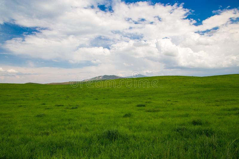 Прекрасный весенний и летний пейзаж Горы, горы Летний природный фон стоковые фото