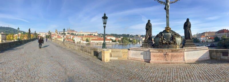 Скульптура Кальвари на Карловском мосту Девушка Мария и Иоанн теолог рядом с распятием Чешский Прага стоковые фото
