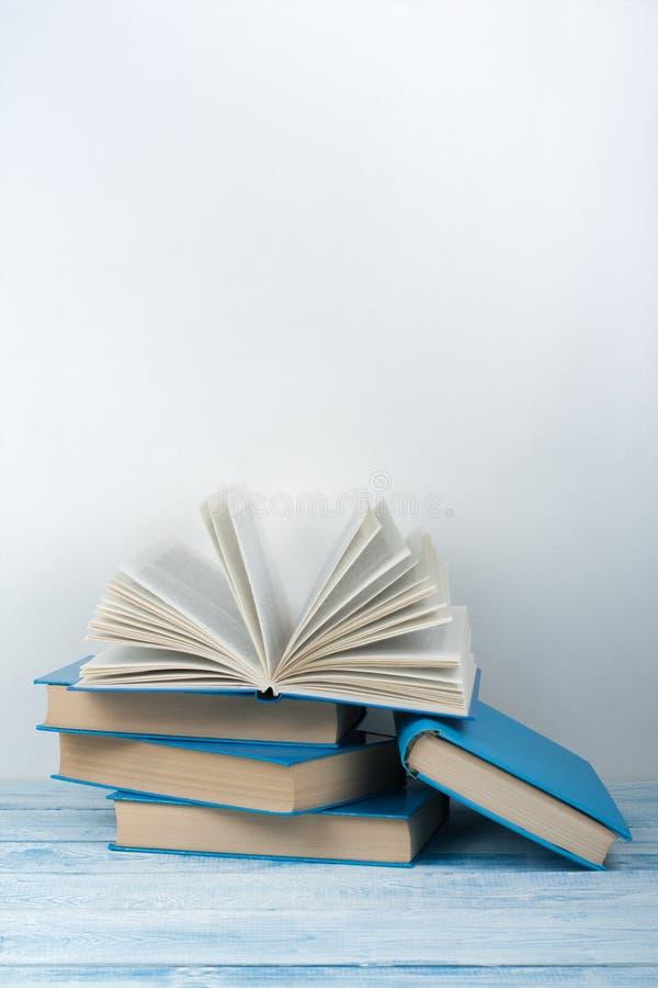E r r 书,在木桌上的精装书五颜六色的书 ?? 库存图片