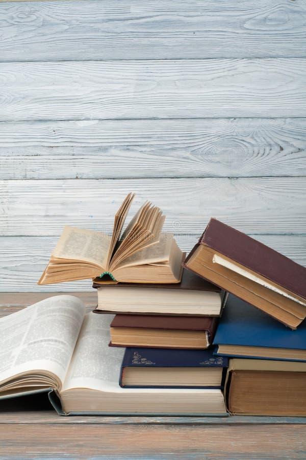 一叠多彩的书 教育背景 回到学校 木桌书,精装彩书 教育 库存照片