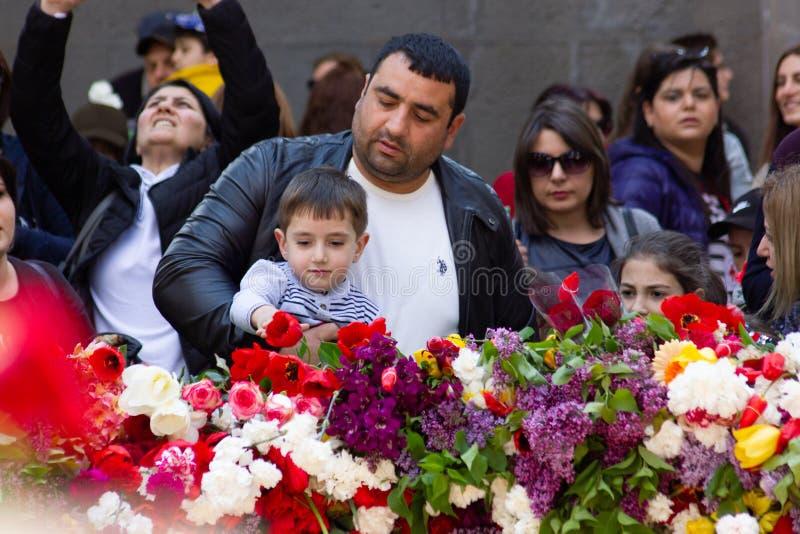 亚美尼亚埃里温- 2019年4月24日 亚美尼亚时间 亚美尼亚人访问Cicernakaberd ye的亚美尼亚种族灭绝纪念碑 免版税库存图片