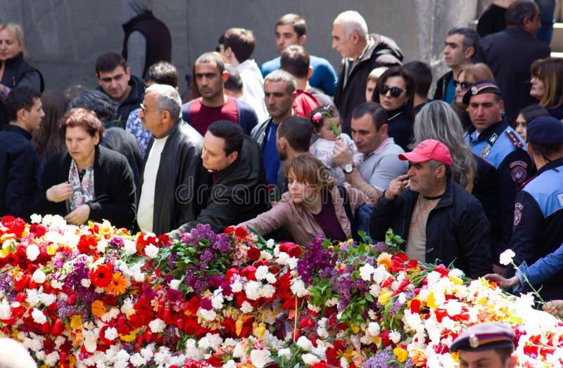亚美尼亚埃里温- 2019年4月24日 亚美尼亚时间 亚美尼亚人访问Cicernakaberd ye的亚美尼亚种族灭绝纪念碑 库存图片