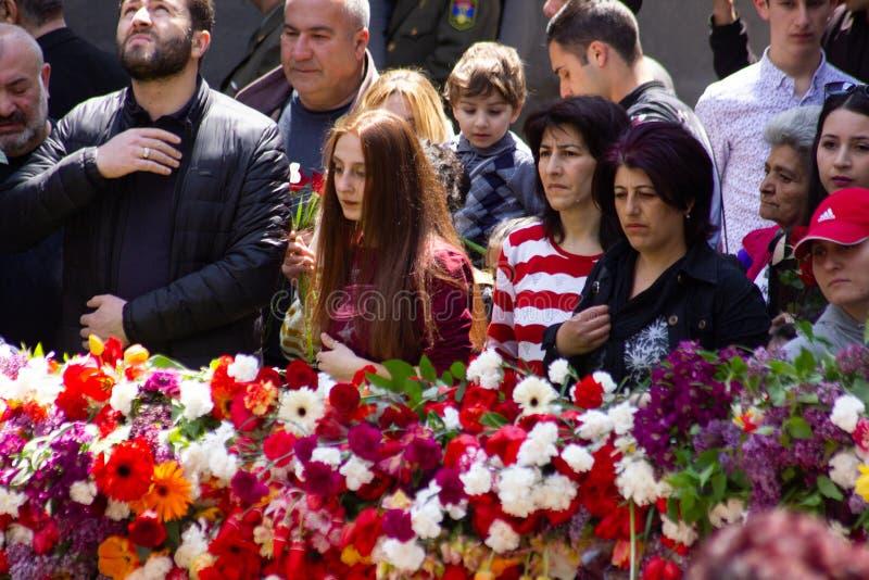 亚美尼亚埃里温- 2019年4月24日 亚美尼亚时间 亚美尼亚人访问Cicernakaberd ye的亚美尼亚种族灭绝纪念碑 图库摄影