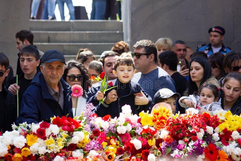 亚美尼亚埃里温- 2019年4月24日 亚美尼亚时间 亚美尼亚人访问Cicernakaberd ye的亚美尼亚种族灭绝纪念碑 免版税库存照片