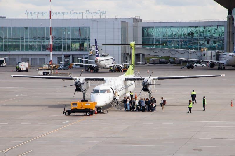 飞机到机场 空运 交通 波罗的海飞机 俄罗斯,圣彼得堡,普尔科沃, 免版税库存照片