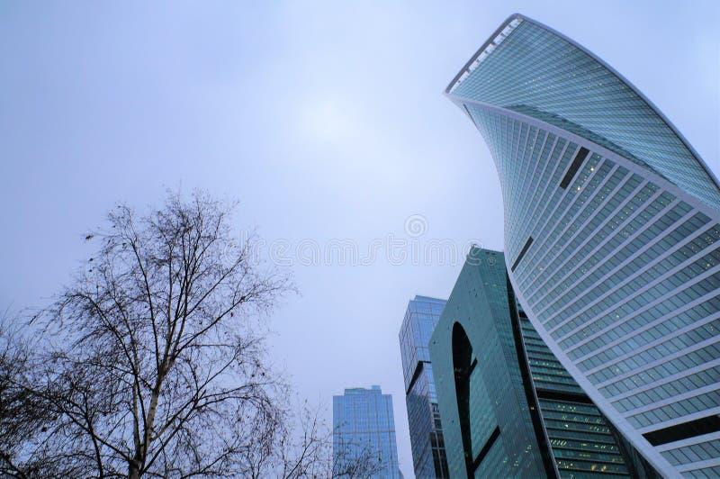 E r ?? 商业中心的玻璃高层建筑物 城市和自然的概念 免版税库存图片