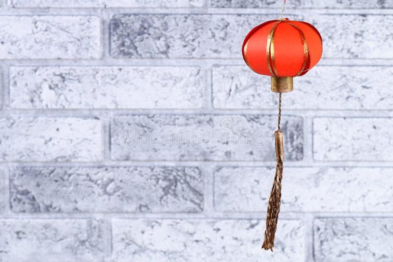 灰砖墙上手工制作红金灯笼 中国新年礼品理念、装潢理念 天灯 库存照片