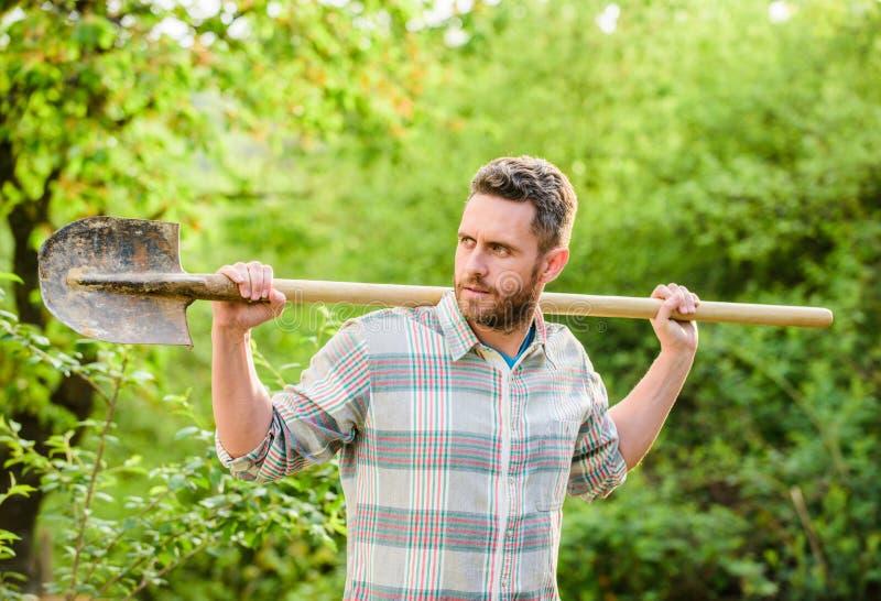 性感的农民持铲 农业栽培 花园工具 生态农场工人 收获快乐的地球日 免版税图库摄影