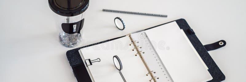 白色背景上的记事本和信纸 商学规划师 文具迷BANNER,长格式 免版税库存照片